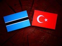 Σημαία της Μποτσουάνα με την τουρκική σημαία σε ένα κολόβωμα δέντρων Στοκ φωτογραφία με δικαίωμα ελεύθερης χρήσης
