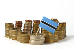 Σημαία της Μποτσουάνα με το σωρό των νομισμάτων χρημάτων Στοκ φωτογραφία με δικαίωμα ελεύθερης χρήσης