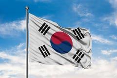 Σημαία της Νότιας Κορέας που κυματίζει στον αέρα ενάντια στον άσπρο νεφελώδη μπλε ουρανό Νοτιοκορεατική σημαία στοκ φωτογραφίες