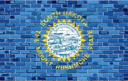 Σημαία της νότιας Ντακότας σε έναν τουβλότοιχο ελεύθερη απεικόνιση δικαιώματος