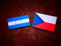 Σημαία της Ονδούρας με την τσεχική σημαία σε ένα κολόβωμα δέντρων Στοκ φωτογραφίες με δικαίωμα ελεύθερης χρήσης