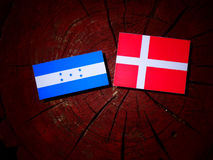 Σημαία της Ονδούρας με τη δανική σημαία σε ένα κολόβωμα δέντρων που απομονώνεται Στοκ Εικόνες