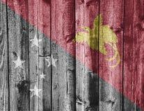 Σημαία της Παπούα Νέα Γουϊνέα στο ξεπερασμένο ξύλο Στοκ εικόνες με δικαίωμα ελεύθερης χρήσης