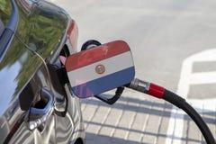Σημαία της Παραγουάης στο χτύπημα υλικών πληρώσεως καυσίμων αυτοκινήτων ` s στοκ φωτογραφία