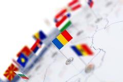 Σημαία της Ρουμανίας στην εστίαση Χάρτης της Ευρώπης με τις σημαίες χωρών απεικόνιση αποθεμάτων
