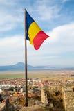 Σημαία της Ρουμανίας στο μεσαιωνικό φρούριο σε Rasnov Στοκ Φωτογραφία