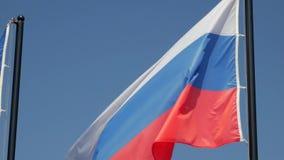 Σημαία της Ρωσικής Ομοσπονδίας ενάντια στο μπλε ουρανό απόθεμα βίντεο