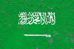 Σημαία της Σαουδικής Αραβίας που χρωματίζεται στο ραγισμένο βρώμικο τοίχο Εθνικό σχέδιο στην εκλεκτής ποιότητας επιφάνεια ύφους ελεύθερη απεικόνιση δικαιώματος