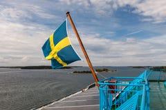 Σημαία της Σουηδίας που παραμερίζει στον αέρα στο πορθμείο μέσα Στοκ εικόνα με δικαίωμα ελεύθερης χρήσης