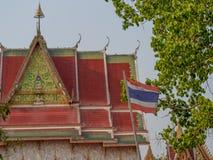 Σημαία της Ταϊλάνδης μπροστά από το βουδιστικό ναό Στοκ Εικόνα