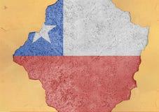Σημαία της Χιλής στη μεγάλη συγκεκριμένη ραγισμένη τρύπα και τη σπασμένη υλική πρόσοψη Στοκ εικόνες με δικαίωμα ελεύθερης χρήσης