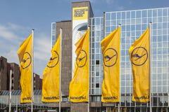 Σημαία της Lufthansa με το σύμβολο της Lufthansa, ο γερανός στη Φρανκφούρτη Στοκ Φωτογραφία