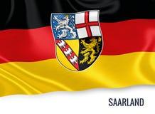 Σημαία του γερμανικού κράτους Saarland που κυματίζει σε ένα απομονωμένο άσπρο υπόβαθρο Στοκ φωτογραφία με δικαίωμα ελεύθερης χρήσης