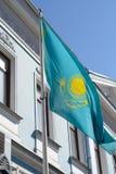 Σημαία του Καζακστάν στον τοίχο του κτηρίου στον ηλιόλουστο καιρό Στοκ φωτογραφίες με δικαίωμα ελεύθερης χρήσης