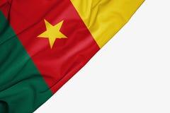 Σημαία του Καμερούν του υφάσματος με το copyspace για το κείμενό σας στο άσπρο υπόβαθρο απεικόνιση αποθεμάτων
