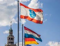 Σημαία του κρυφοκοιτάγματος πόλεων μπροστά από το Rathaus Στοκ Φωτογραφία