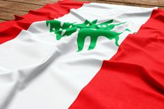 Σημαία του Λιβάνου σε ένα ξύλινο υπόβαθρο γραφείων Τοπ άποψη σημαιών μεταξιού λιβανέζικη στοκ εικόνες