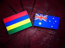 Σημαία του Μαυρίκιου με την αυστραλιανή σημαία σε ένα κολόβωμα δέντρων που απομονώνεται Στοκ Εικόνες