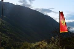 Σημαία του Μαυροβουνίου δίπλα στα υψηλά βουνά Στοκ Εικόνες