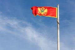 Σημαία του Μαυροβουνίου που πετά ενάντια στον ουρανό Στοκ Εικόνες