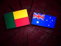 Σημαία του Μπενίν με την αυστραλιανή σημαία σε ένα κολόβωμα δέντρων που απομονώνεται Στοκ φωτογραφία με δικαίωμα ελεύθερης χρήσης