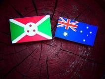 Σημαία του Μπουρούντι με την αυστραλιανή σημαία σε ένα κολόβωμα δέντρων που απομονώνεται Στοκ εικόνα με δικαίωμα ελεύθερης χρήσης