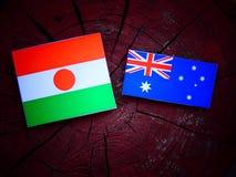 Σημαία του Νίγηρα με την αυστραλιανή σημαία σε ένα κολόβωμα δέντρων που απομονώνεται Στοκ Φωτογραφία