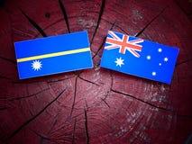 Σημαία του Ναούρου με την αυστραλιανή σημαία σε ένα κολόβωμα δέντρων που απομονώνεται Στοκ Εικόνες