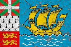 Σημαία του Σαιν Πιέρ και Μικελόν που χρωματίζεται στο ραγισμένο βρώμικο τοίχο Εθνικό σχέδιο στην εκλεκτής ποιότητας επιφάνεια ύφο ελεύθερη απεικόνιση δικαιώματος