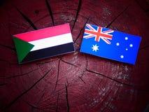 Σημαία του Σουδάν με την αυστραλιανή σημαία σε ένα κολόβωμα δέντρων που απομονώνεται Στοκ φωτογραφίες με δικαίωμα ελεύθερης χρήσης