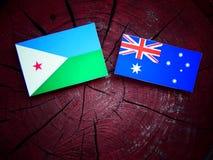 Σημαία του Τζιμπουτί με την αυστραλιανή σημαία σε ένα κολόβωμα δέντρων που απομονώνεται Στοκ εικόνα με δικαίωμα ελεύθερης χρήσης