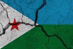 Σημαία του Τζιμπουτί στη ραγισμένη γη στοκ εικόνες