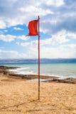 Σημαία των ΕΔ στην παραλία της νεκρής θάλασσας στην ηλιόλουστη χειμερινή ημέρα Στοκ φωτογραφία με δικαίωμα ελεύθερης χρήσης