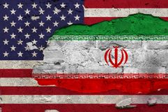Σημαία των Ηνωμένων Πολιτειών και του Ιράν χρωματίζω στον τοίχο στοκ εικόνα με δικαίωμα ελεύθερης χρήσης