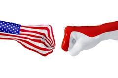 Σημαία των ΗΠΑ και του Μονακό Πάλη έννοιας, επιχειρησιακός ανταγωνισμός, σύγκρουση ή αθλητικά θεάματα Στοκ Φωτογραφία
