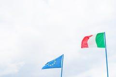 Σημαία των ιταλικών και Ευρωπαϊκών Κοινοτήτων στο νεφελώδη ουρανό Στοκ Εικόνες
