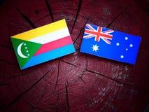 Σημαία των Κομορών με την αυστραλιανή σημαία σε ένα κολόβωμα δέντρων που απομονώνεται Στοκ φωτογραφίες με δικαίωμα ελεύθερης χρήσης