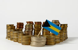 Σημαία των Μπαχαμών με το σωρό των νομισμάτων χρημάτων Στοκ Φωτογραφία