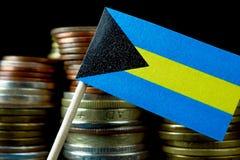 Σημαία των Μπαχαμών που κυματίζει με το σωρό των νομισμάτων χρημάτων Στοκ Φωτογραφία