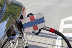 Σημαία των Ολλανδικών Αντιλλών στο χτύπημα υλικών πληρώσεως καυσίμων αυτοκινήτων ` s στοκ εικόνες