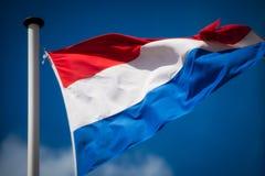 Σημαία Duth που κυματίζει στο μπλε ουρανό στοκ φωτογραφία με δικαίωμα ελεύθερης χρήσης
