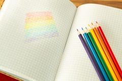 Σημαία LGBT που επισύρεται την προσοχή σε ένα σχολικές σημειωματάριο/μια εκπαίδευση στην ανοχή στοκ φωτογραφία με δικαίωμα ελεύθερης χρήσης