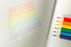Σημαία LGBT που επισύρεται την προσοχή σε ένα σχολικές σημειωματάριο/μια εκπαίδευση στην ανοχή στοκ φωτογραφία