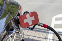 Σημαία Suisse στο χτύπημα υλικών πληρώσεως καυσίμων αυτοκινήτων ` s στοκ φωτογραφία με δικαίωμα ελεύθερης χρήσης