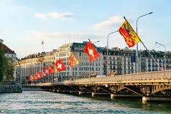 Σημαίες Γενεύη Ελβετός λιμνών της Γενεύης και γεφυρών της Mont Blanc Στοκ φωτογραφία με δικαίωμα ελεύθερης χρήσης