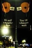Σημαίες ενθύμησης ημέρας ANZAC κάτω από το φωτισμό οδών Στοκ εικόνα με δικαίωμα ελεύθερης χρήσης