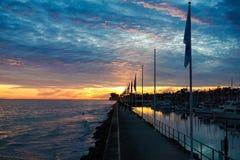 Σημαίες ηλιοβασιλέματος στον κυματοθραύστη Στοκ Εικόνα