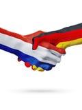 Σημαίες Κάτω Χώρες, χώρες της Γερμανίας, έννοια χειραψιών φιλίας συνεργασίας στοκ εικόνες