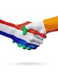 Σημαίες Κάτω Χώρες, χώρες της Ιρλανδίας, έννοια χειραψιών φιλίας συνεργασίας στοκ εικόνες
