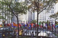 Σημαίες και αρχιτεκτονική στο plaza Rockefeller μπροστά από Στοκ Φωτογραφία
